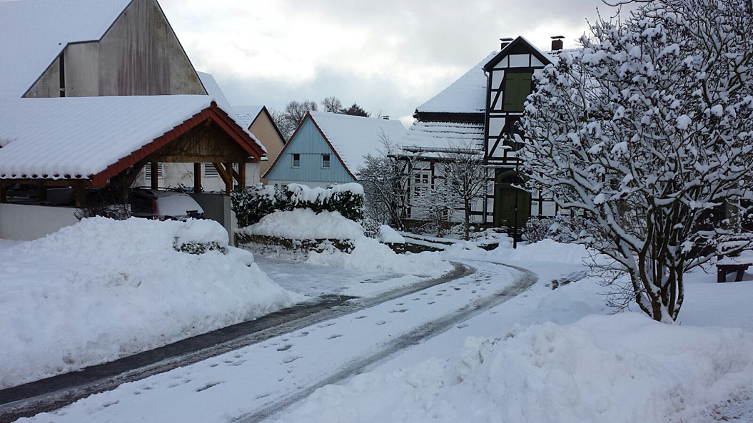 Um 25 cm Schnee gab es in Neuenheerse - tief verschneit war auch der Ortskern, 13. Januar 2017