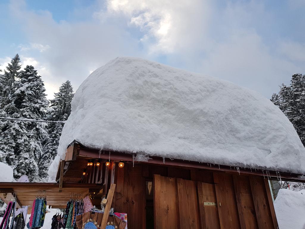 Gut 100 cm Schnee auf den Buden des Weihnachtsmarktes, 17. Dezember 2017