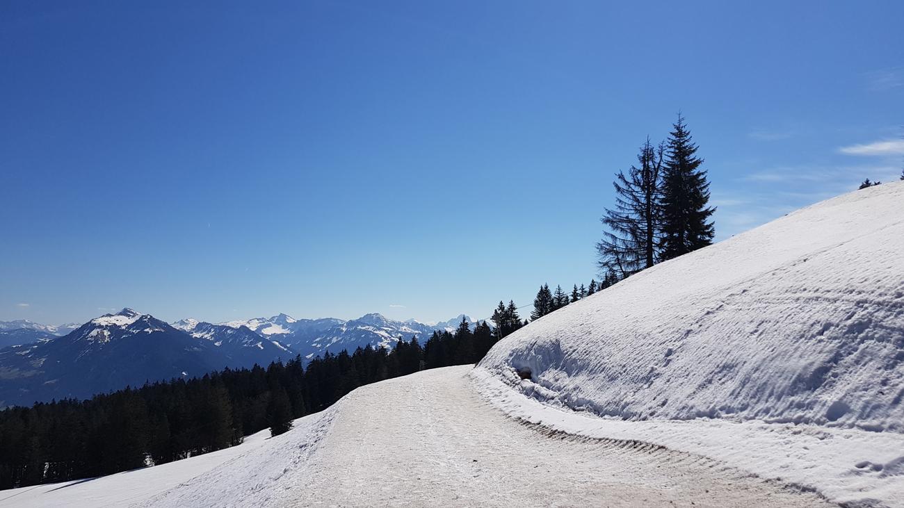 Höhenweg mit dünner Neuschneeauflage, 18. April 2019