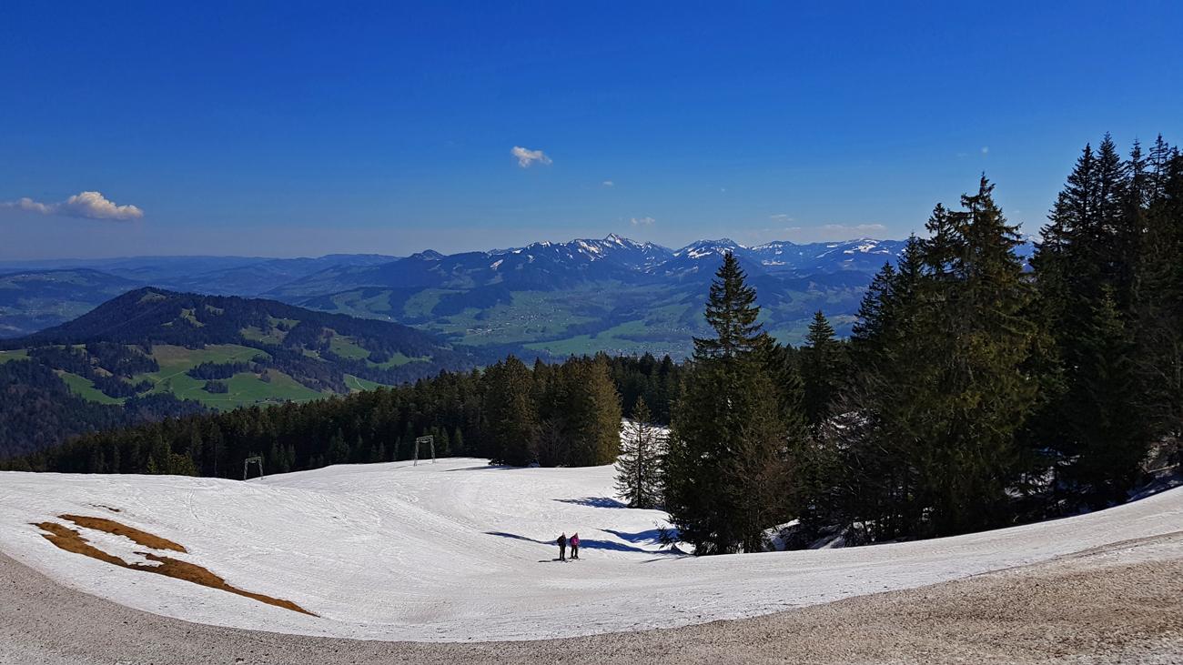 Einsame Skifahrer nutzen die üppigen Schneereste, 18. April 2019