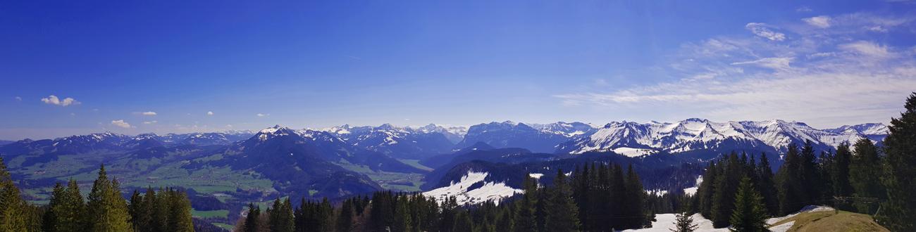 Ausblick vom 1464 Meter hohen Gipfel auf den Bregenzer Wald, mittig mit Winterstaude, 18. April 2019