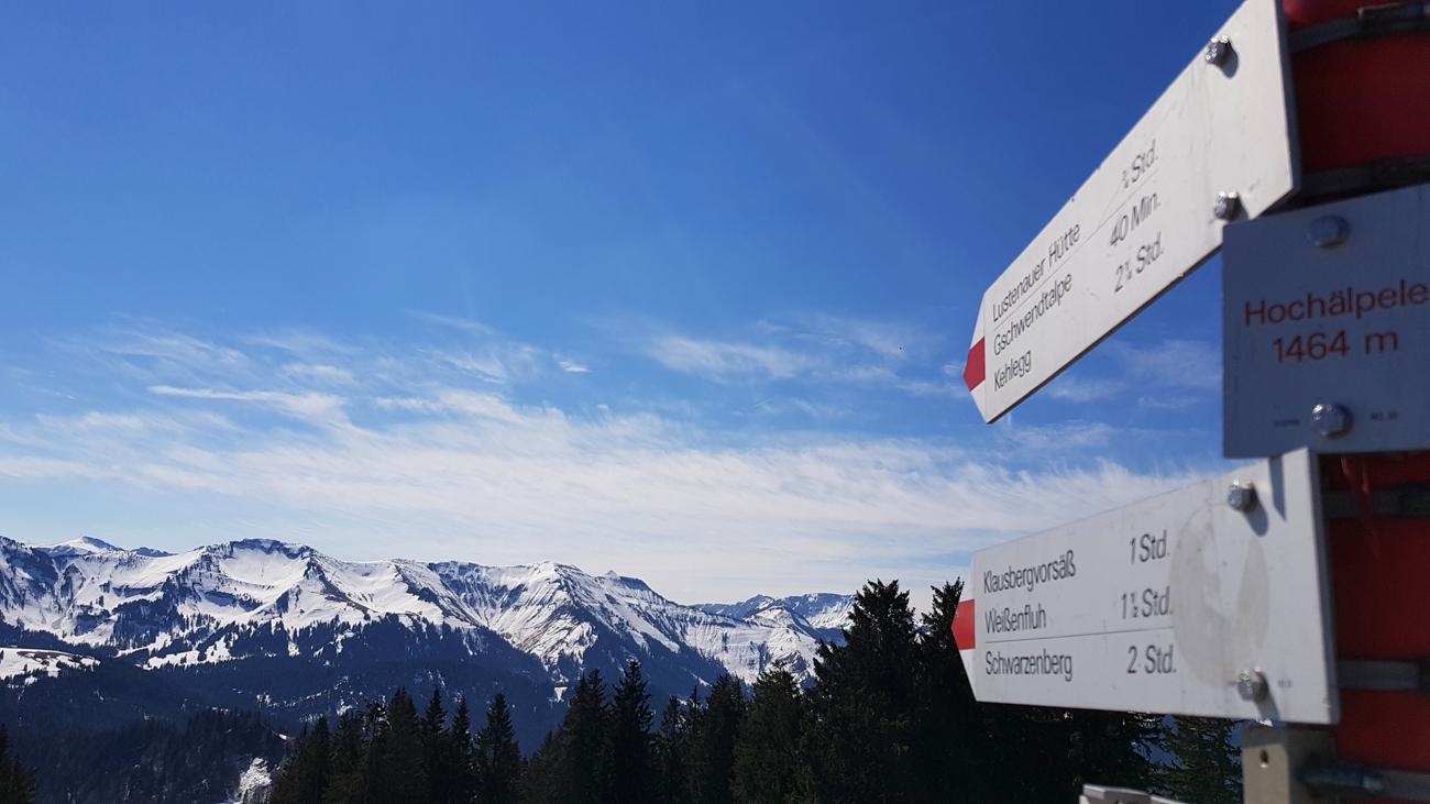 Wanderwegbeschilderung auf dem Gipfel, 18. April 2019