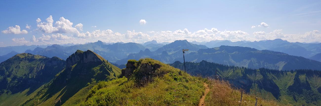 Panoramablick nach Osten, der Wegweiser markiert den Weg nach unten, 31. August 2019